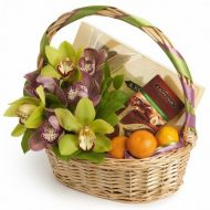 Корзина с орхидеями, конфетами и мандаринами