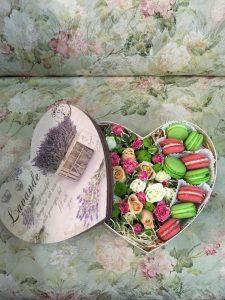Коробочка с цветами и макароне